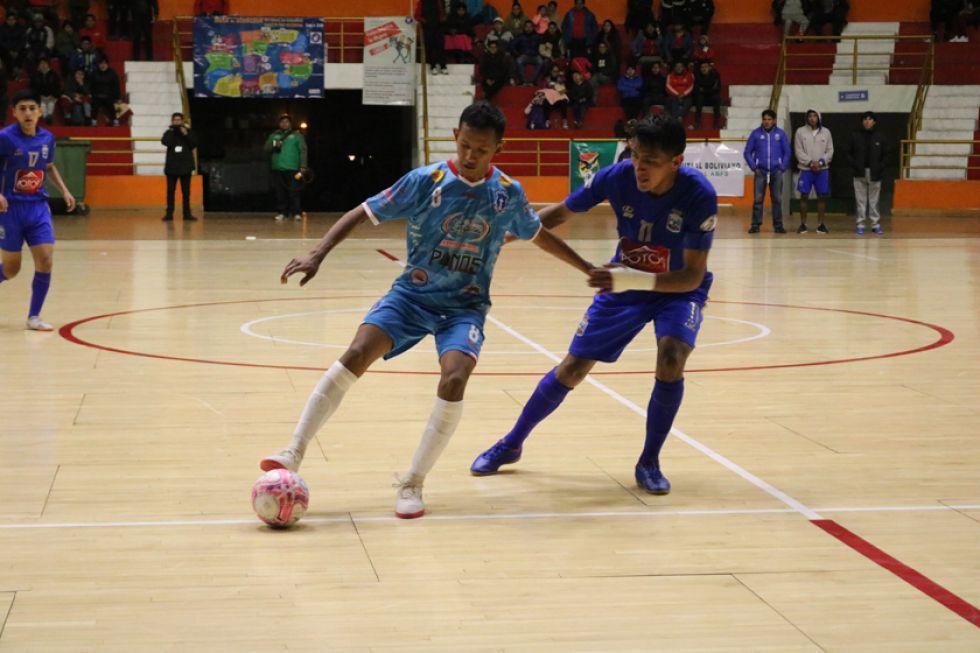 Henry Apaza, de San Martín, controla el balón.