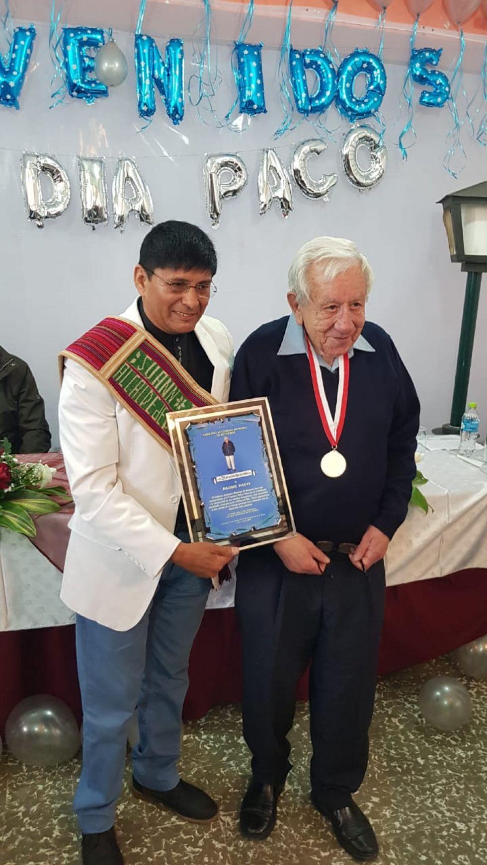El padre con el alcalde de Betanzos.