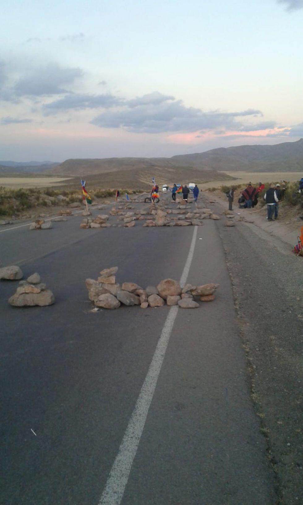 La carretera está sembrada de piedras y otros objetos.