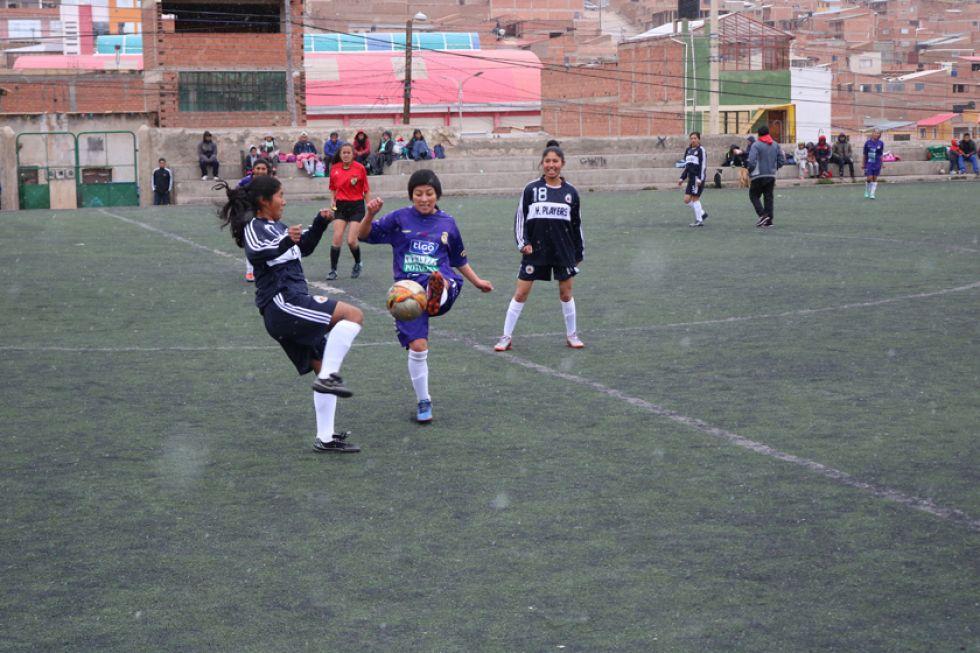 Una jugadora de Real, Marisol Usnayo, pelea por el balón con su rival.