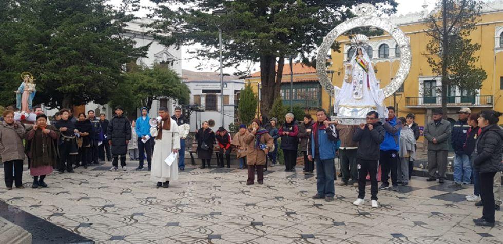 El encuentro. Izq: Virgen del Rosario. Der: Virgen de la Merced.