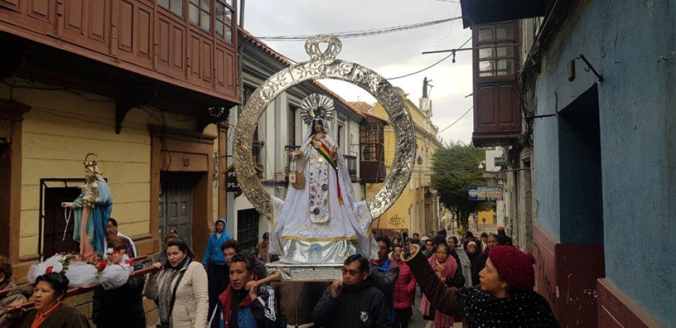 Subiendo juntas por la calle Linares.