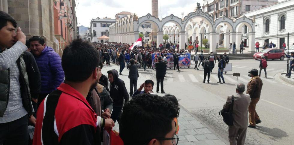 Recorren las calles hacia la plaza central.
