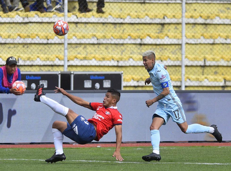 Juan Aponte, de Wilstermann, despeja el balón ante la marca de Juan Carlos Arce, de Bolívar.