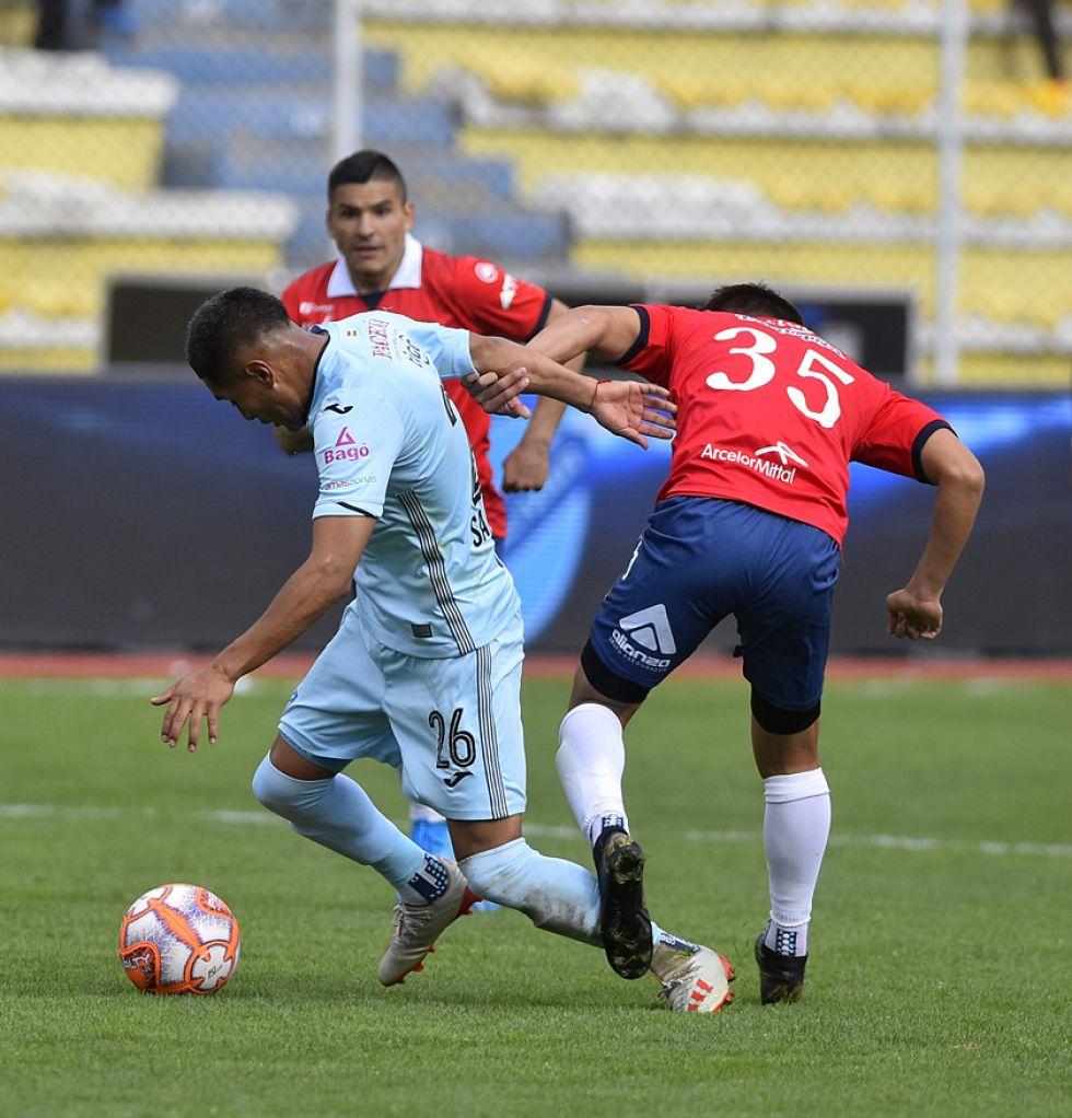 Erwin Saavedra, de Bolívar, gana la lucha por la pelota.