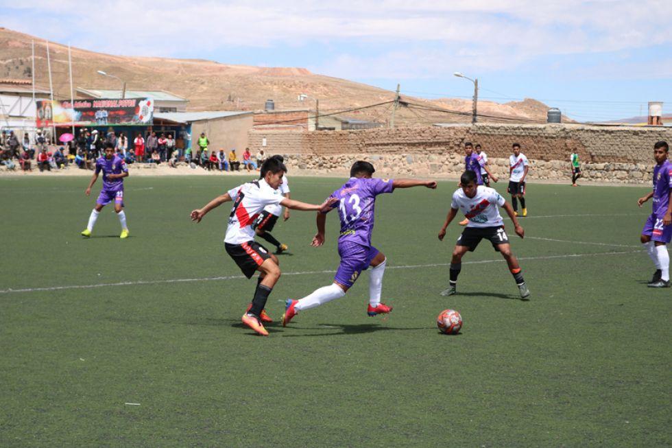 Uno de los jugadores lilas intenta amagar a sus rivales.