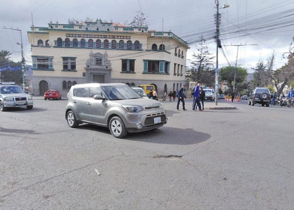Los automóviles circularon sorteando los lugares de bloqueo.