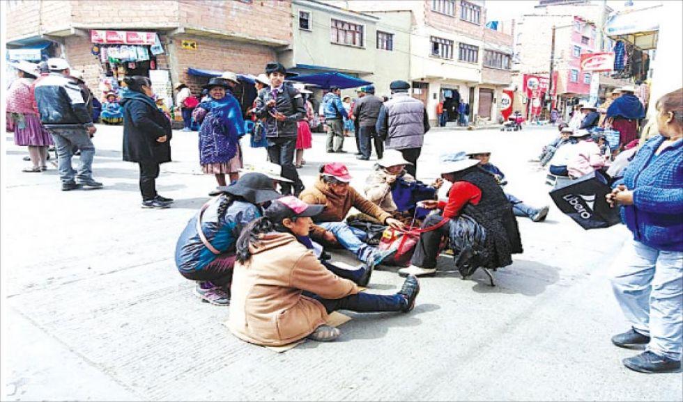 Las comerciantes durante el bloqueo.