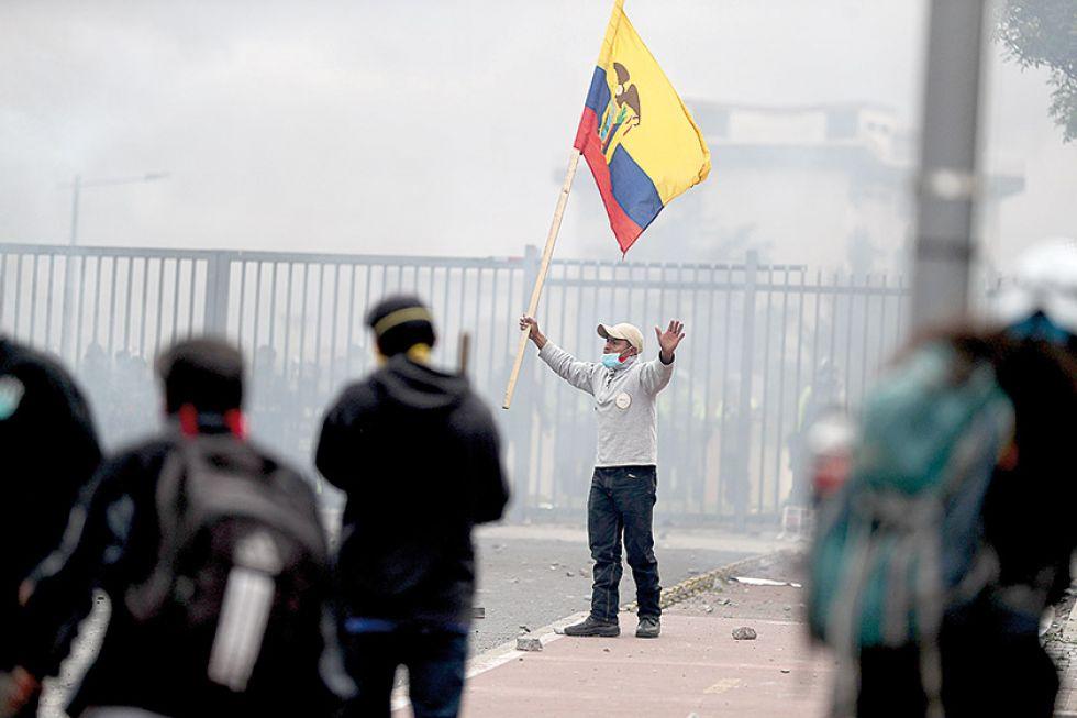 VIOLENCIA. Manifestantes infígenas durante la toma del Parlamento en medio de las protestas por el alza de los combustibles.