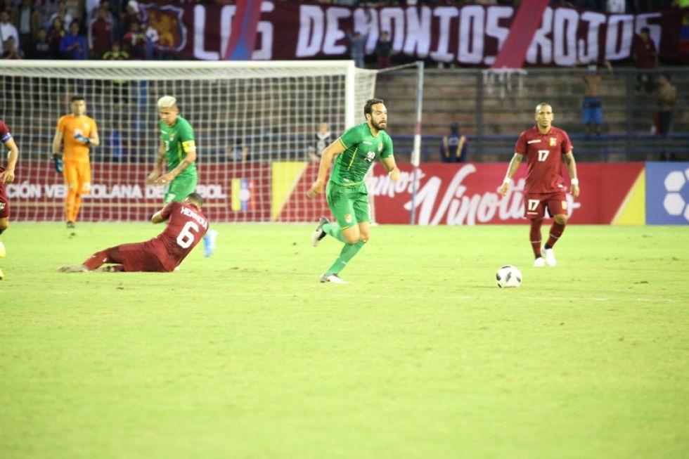 Erwin Sánchez va a recuperar el balón.