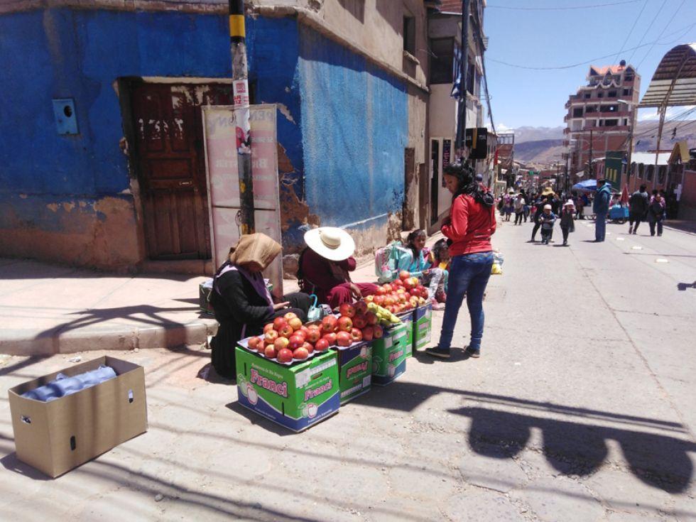 Pequeñas comerciantes venden en las calles.