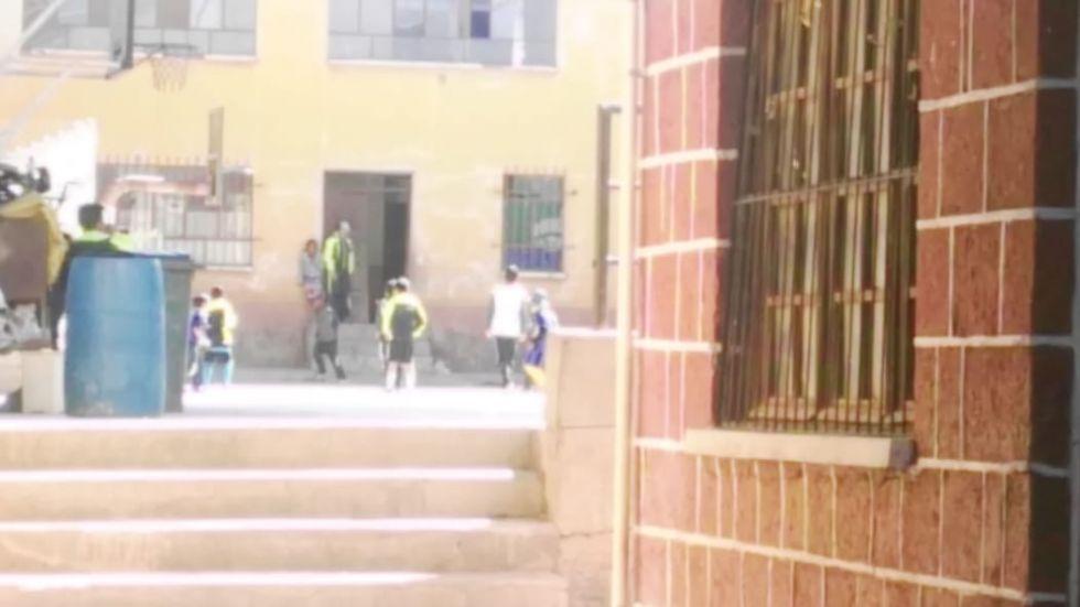 Hay estudiantes pasando clases.