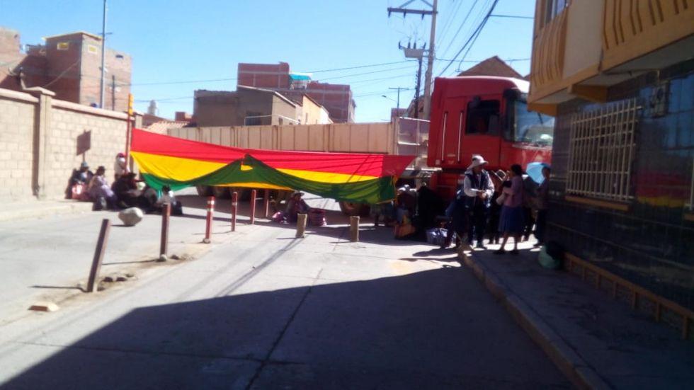 Vehículos pesados bloquean calles.