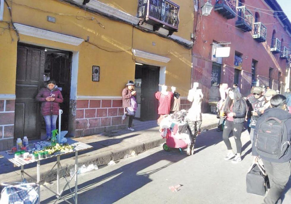 Algunos comerciantes venden en las calles de la ciudad.