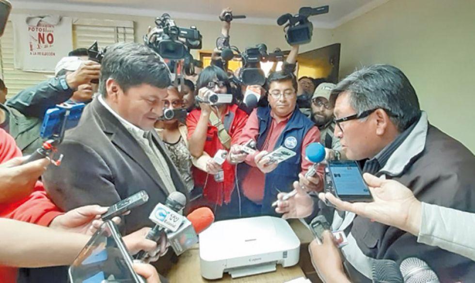 Juan Carlos Cejas (izq.) entregó la invitación para dialogar al dirigente Juan Carlos Manuel (der.).