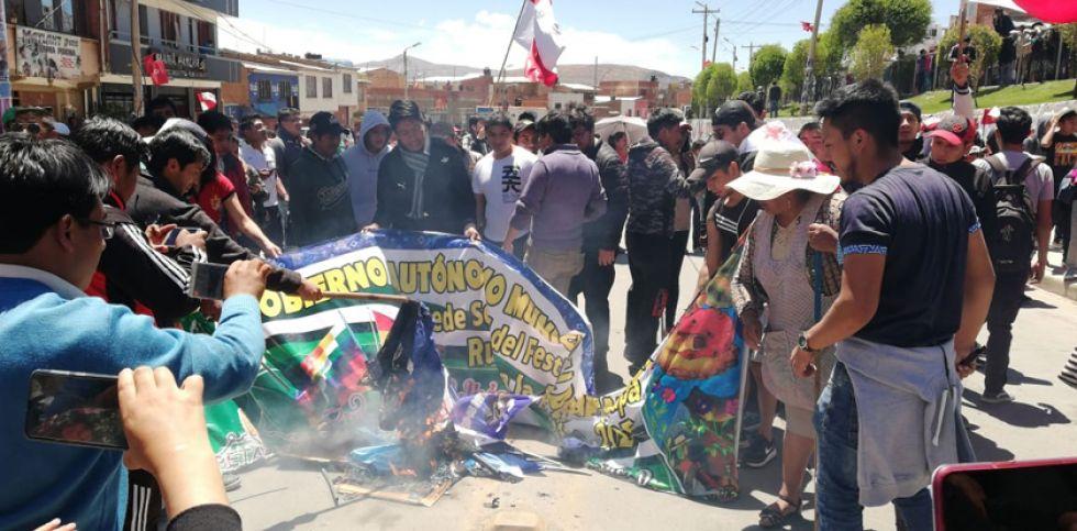 Las banderas del oficialismo fueron quemadas.