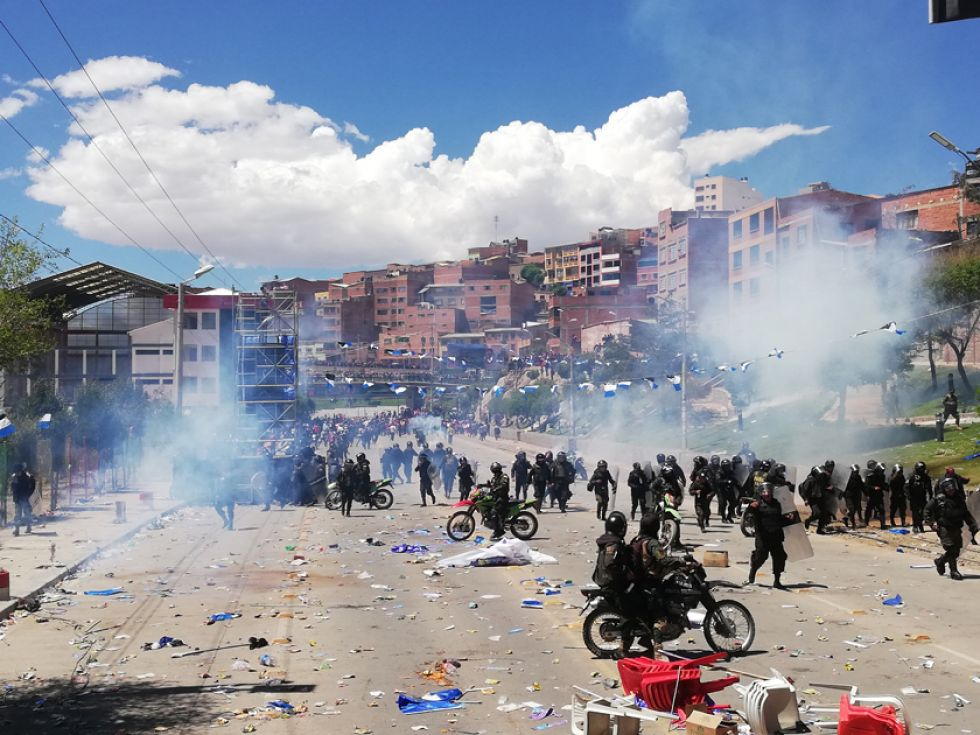 Los policías usaron agentes químicos para evitar que avance la gente hacia la tarima.