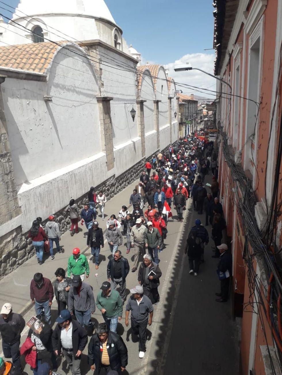 Marchas por las calles hasta la plaza 10 de Noviembre.