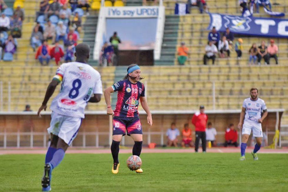 Regis de Souza (d) trata de eludir a su rival.