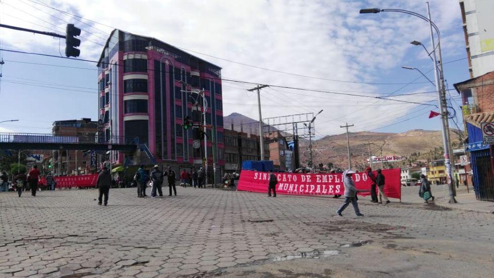 Las calles bloqueadas y la gente camina.