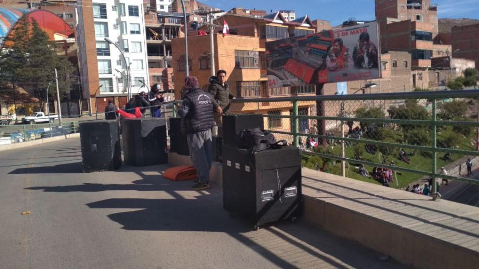 La gente se moviliza rumbo al cabildo.
