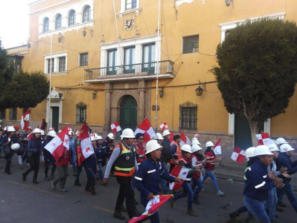 La marcha ocupa decenas de cuadras.