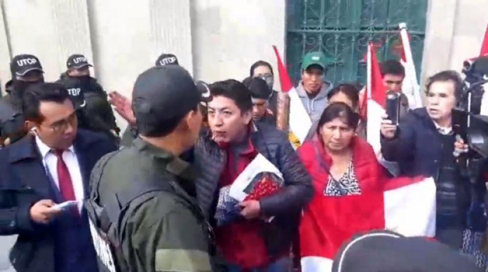 Incidentes con policías que cortaron el paso a la delegación potosina.