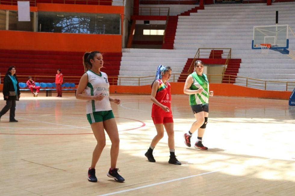 Las jugadoras durante una de las prácticas.