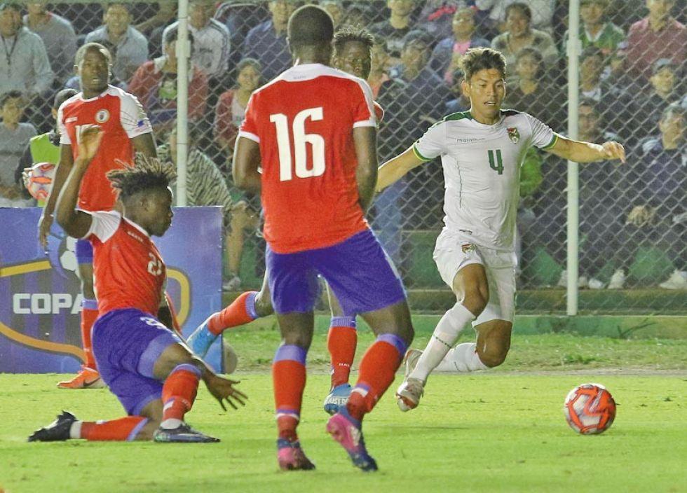 Los jugadores se disputan la pelota.