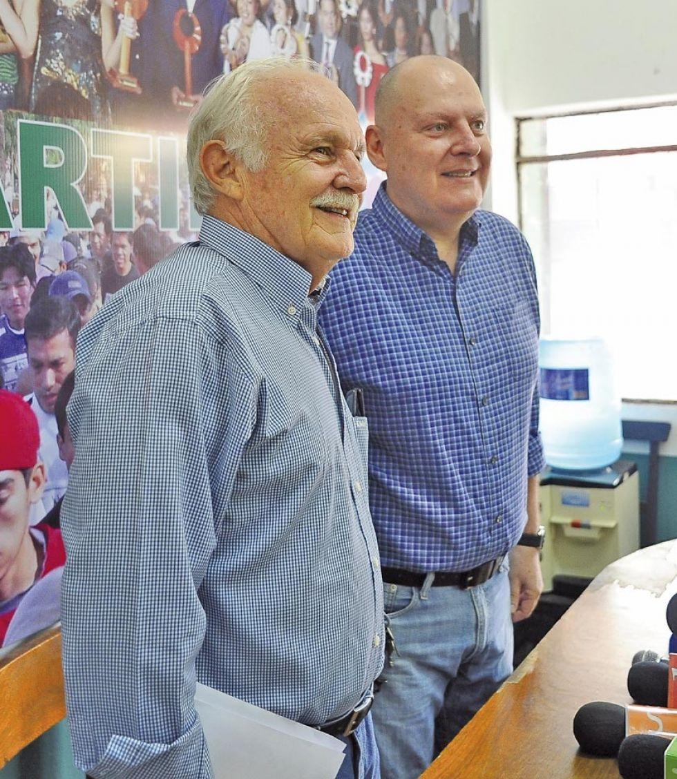Los dirigentes cruceños Marco Antelo y Carlos Ribera durante la conferencia de prensa.