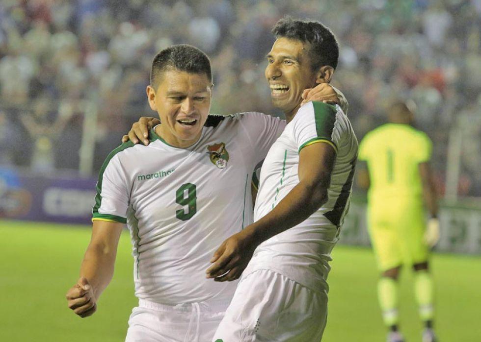 Carlos Saucedo celebra el gol de su compañero Gilbert Álvarez.