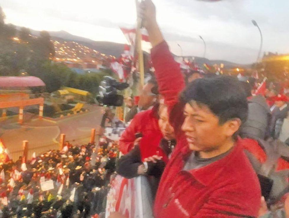 Marco Antonio Pumari dirige el encuentro del pueblo.