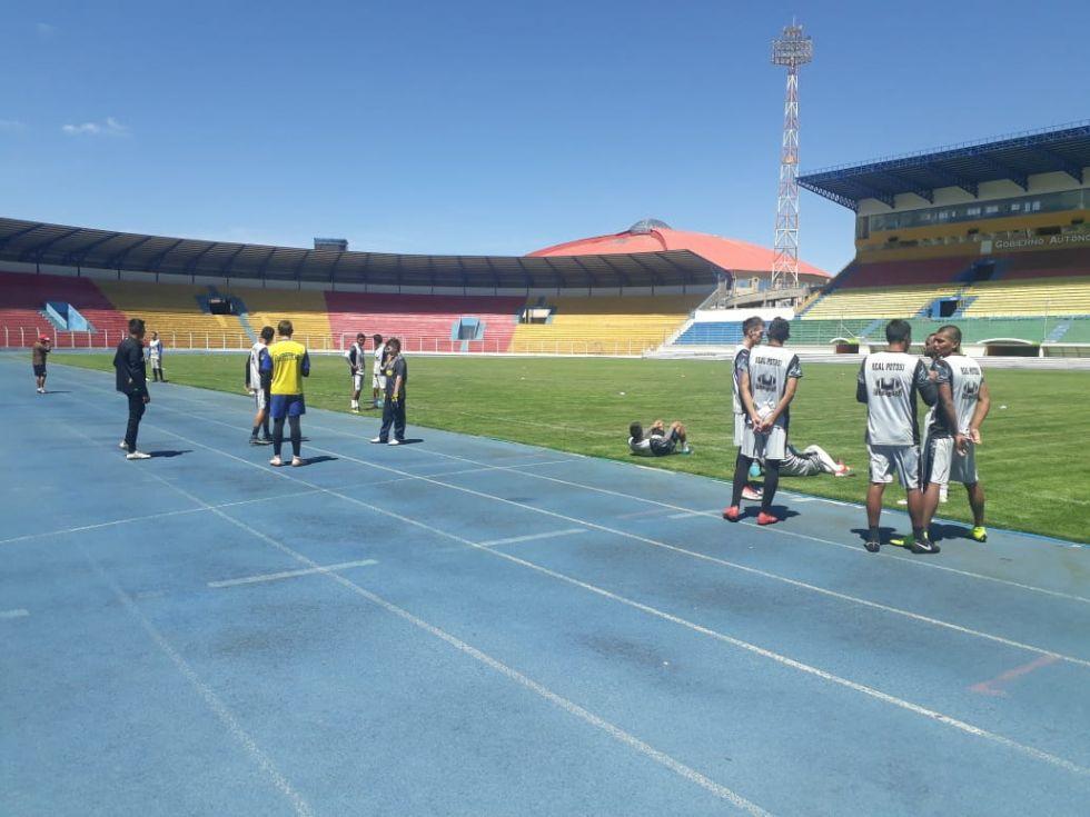 Los jugadores lilas se preparan para cumplir su entrenamiento en el estadio Víctor Agustín Ugarte.