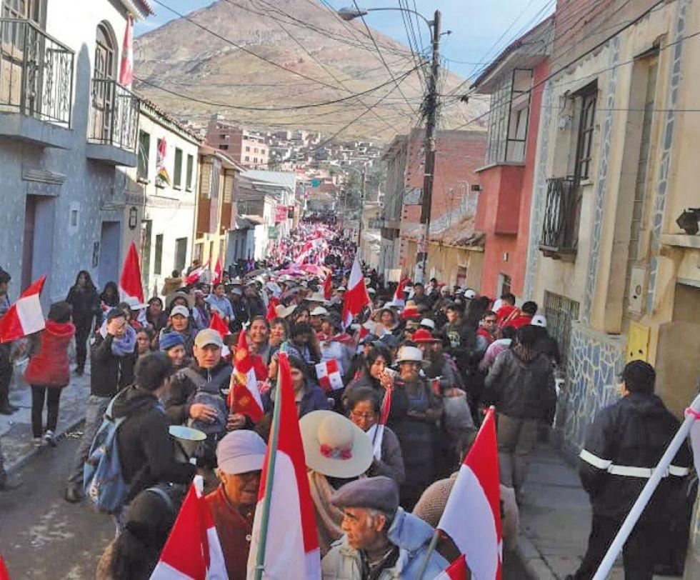 Una marcha precedió el desarrollo del cabildo.