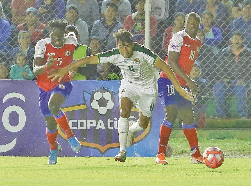 El jugador José Sagredo, de la selección nacional, controla el balón.
