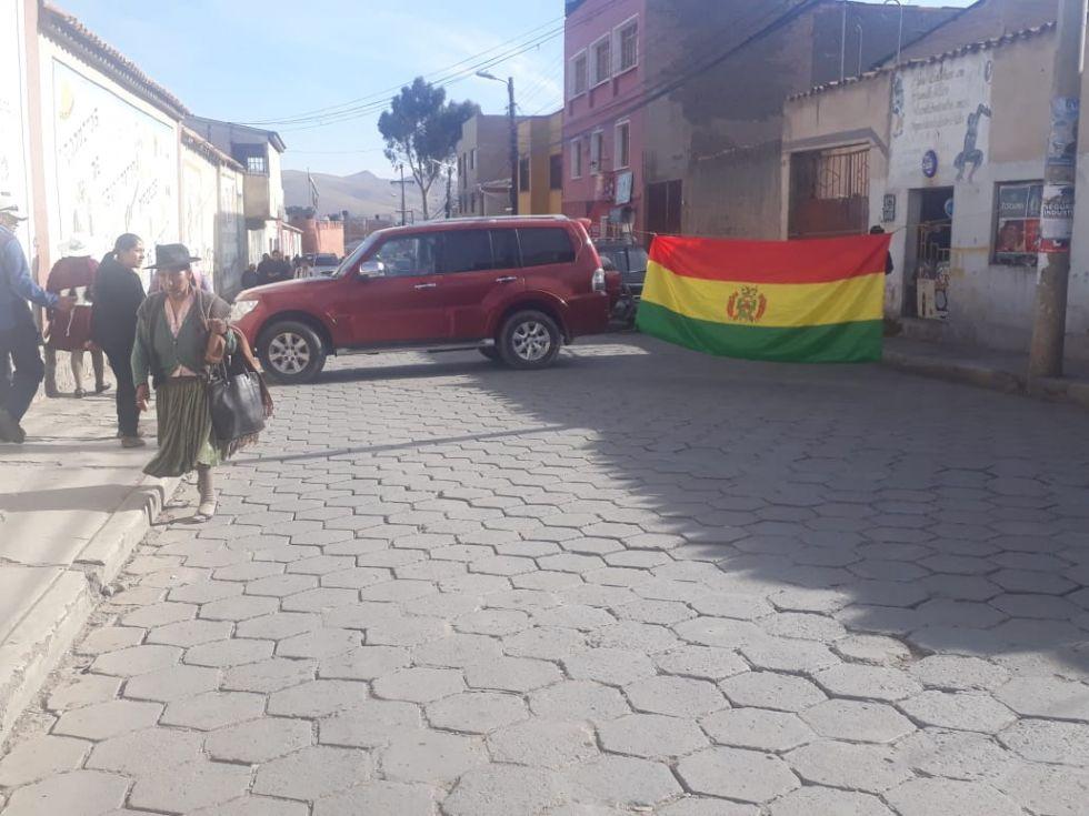 Persisten los bloqueos en Potosí pero vuelve el transporte público
