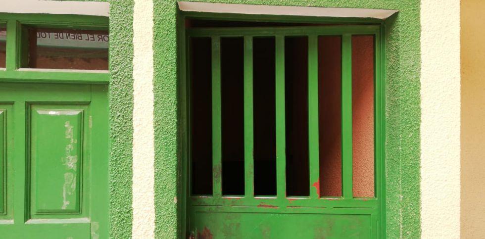 La Policía traslada a infractores a las celdas.