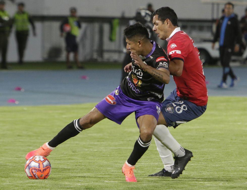 El jugador lila Aldo Gallardo protege el balón de su rival.