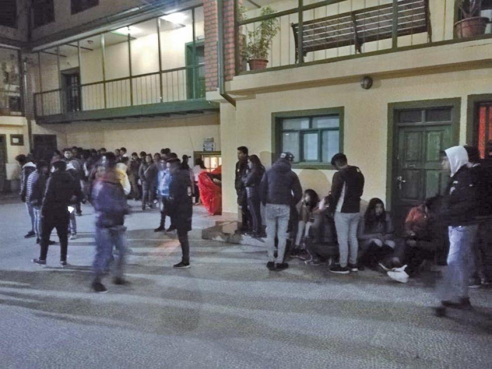 Los detenidos anoche, en el patio del comando de la Policía.