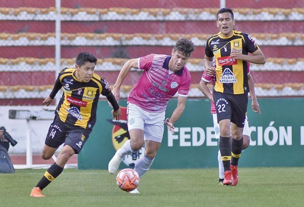 Diego Wayar (i) trata de detener a su  rival.