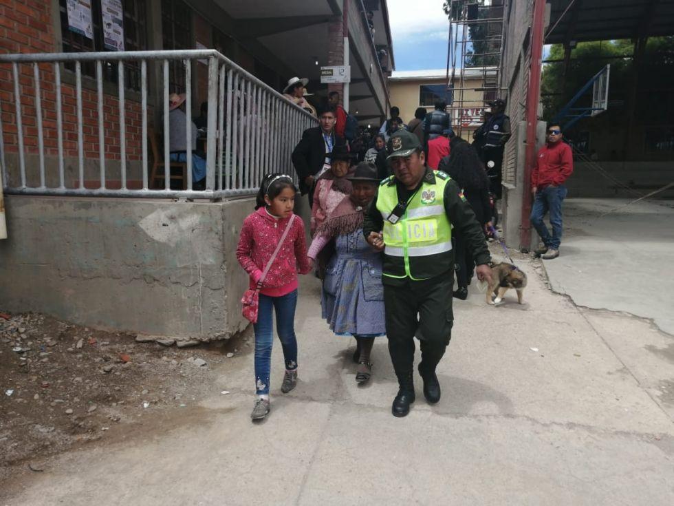 Ciudadanos de la tercera edad llegan a sus recintos a votar.