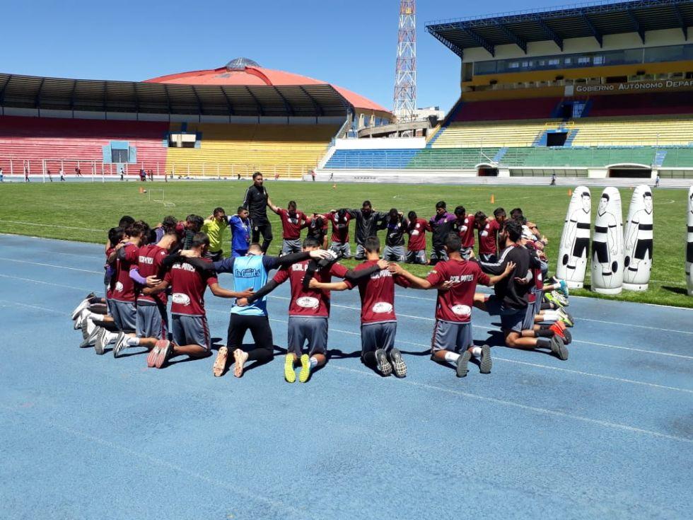 Entrenan en el estadio Víctor Agustín Ugarte.