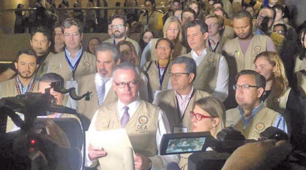 Manuel Gonzales, jefe de la misión de la OEA, dió lectura a un comunicado.