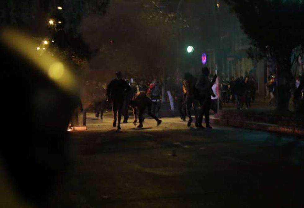 Los efectivos policiales usaron gases lacrimógenos para dispersar a los ciudadanos.