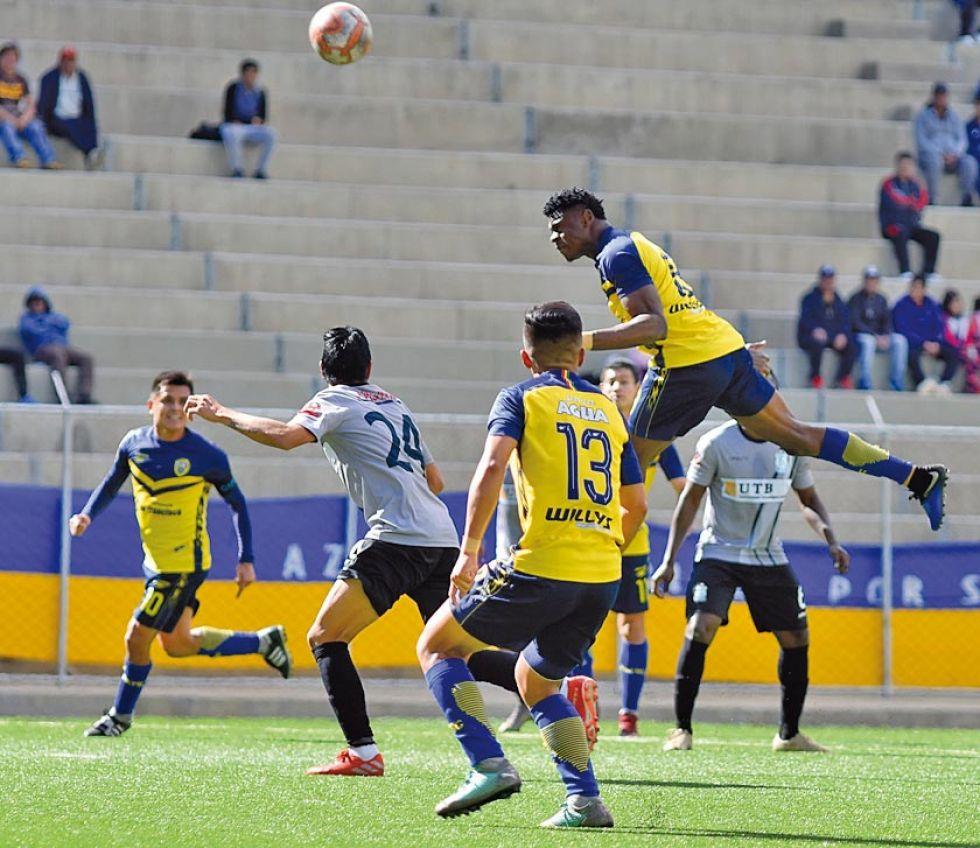 Bismark Ubau (d) cabecea el balón.