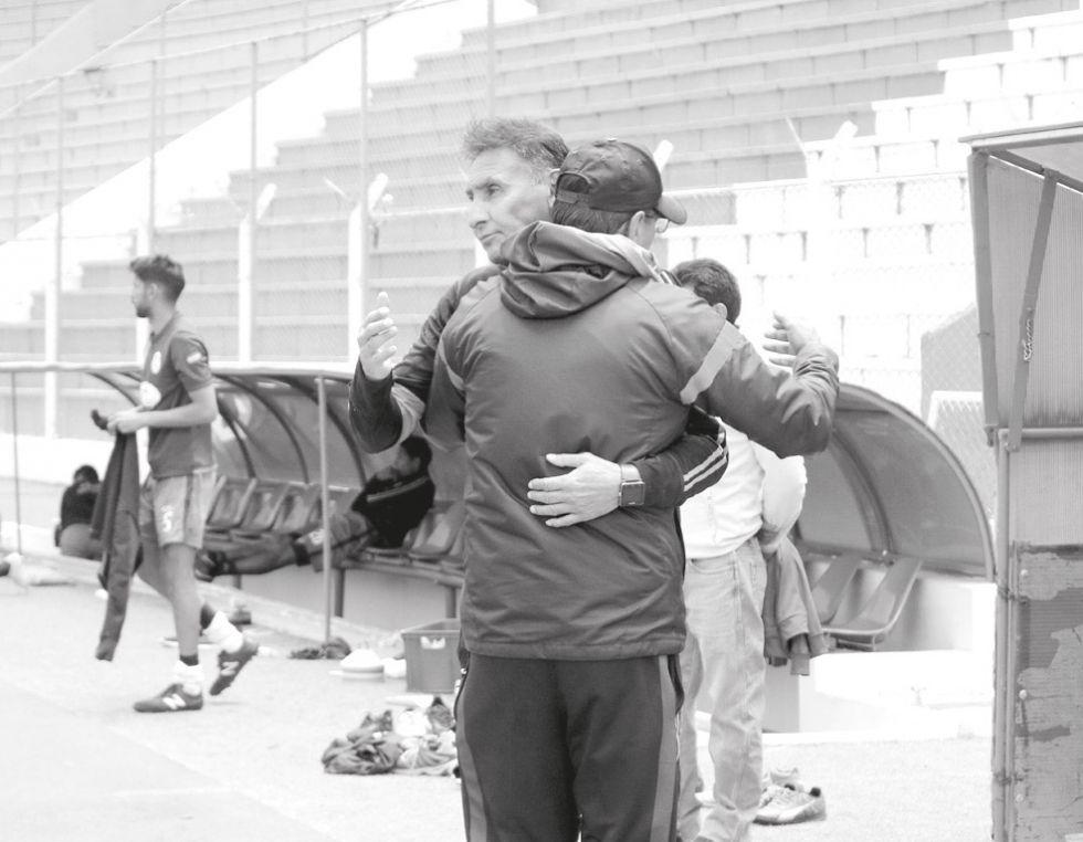Los técnicos Marcos Ferrufino y Alberto Illanes se saludan al final del partido.