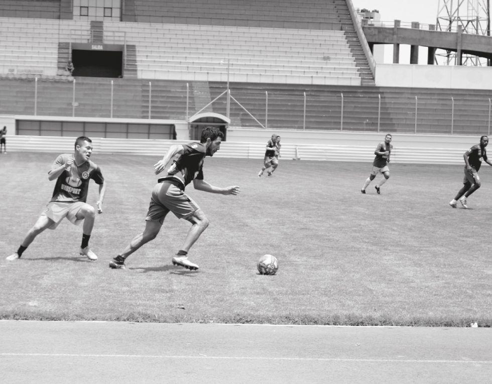 El jugador Juan Leandro Vogliotti, de Real, controla la pelota ante la marca de su rival.