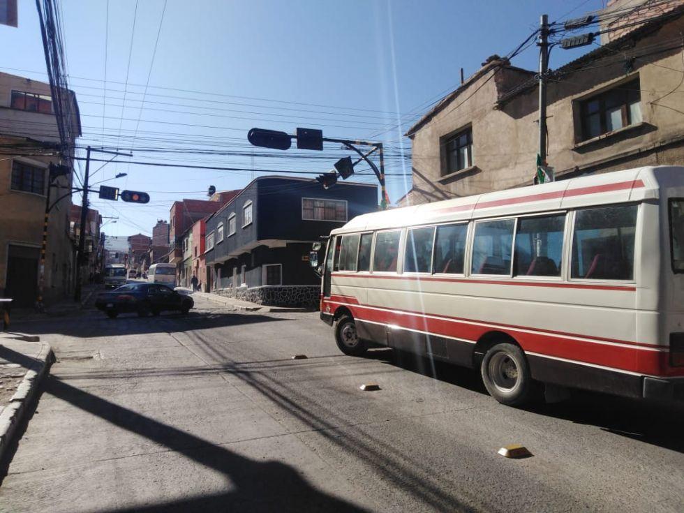 Algunos motorizados transitan por algunas calles.