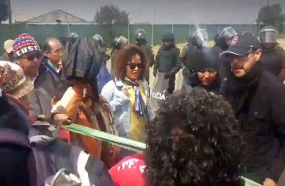 Control de carnet de identidad a personas que salían e ingresaban al Aeropuerto de El Alto por parte de militantes del MAS.