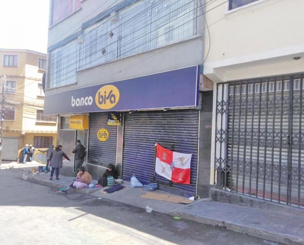 Los bancos están bloqueados y no atienden a la población.